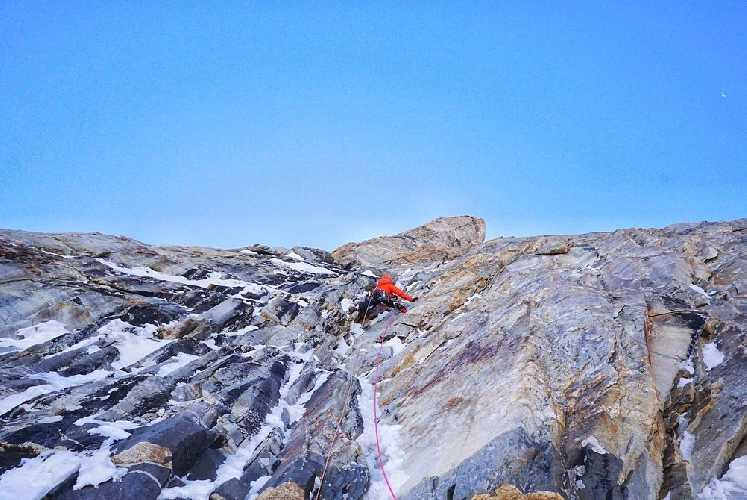На северо-западной стене горы Койо-Зом  (Koyo Zum, 6872 метра). Фото Tom Livingstone