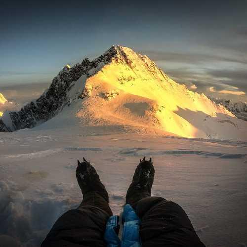 Килиан Джорнет (Kilian Jornet) на отметке ~8300 метров на Эвересте. Вид на восьмитысячник Лхоцзе. октябрь 2019