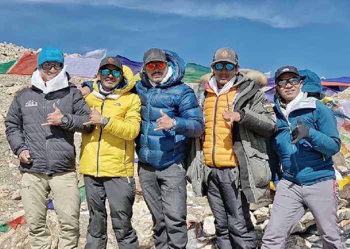 Команда Нирмала Пуржи в передовом базовом лагере Шишабангмы