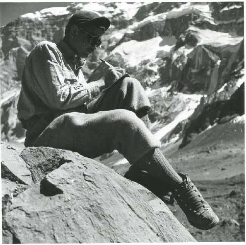 Робер Параго (Robert Paragot) пишет письмо у подножия Аконкагуа. 1954 год
