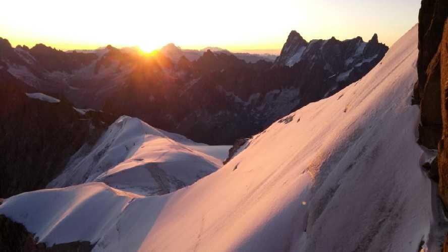 Рассвет. Вид на Гранд-Жорас. Гребневой спуск на плато. Фото Владимир Каширин
