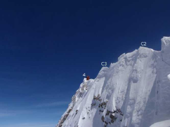 Последние 20 метров перед истинной вершиной Манаслу (точка 4 на фото). Photo: Guy Cotter/Adventure Consultants