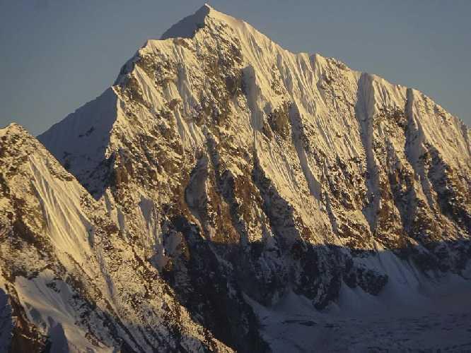 Северо-Западная стена  Чукима-Го (6257 м) по которой пытались подняться испанские альпинисты