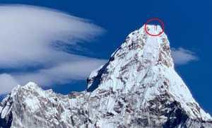 На вершине красивейшей горы Гималаев Ама-Даблам развернули 100-метровый флаг