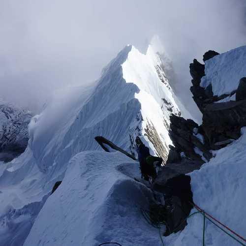 Никита Балабанов (Киев), Михаил Фомин (г. Киев), Вячеслав Полежайко (г. Черкассы) - попытка первопрохождения юго-восточного гребня горы Аннапурна III (7555 метров) в Непале. Фото Никита Балабанов