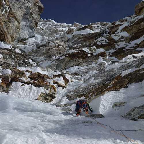 "Саймон Вельфингер (Symon Welfringer) и Сильван Шупбах (Silvan Schüpbach) на маршруте ""Trinité"" (М6, AI 5) на западной стене Тенжи Раги Тау (Tengi Ragi Tau, 6938 м)"