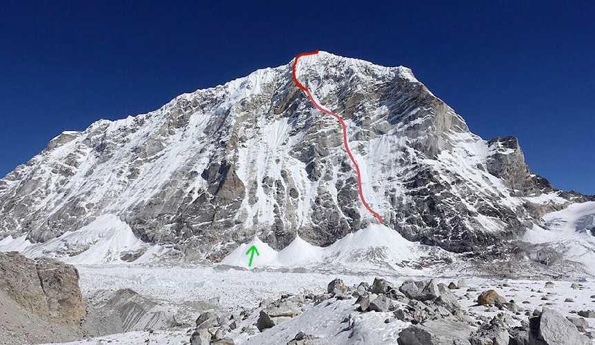 Тенжи Раги Тау (Tengi Ragi Tau, 6938 м). Линия маршрута 2019 года. Первопрохождение западной стены американской командой.  Зеленой стрелкой отмечено начало маршрута Саймона Вельфингера (Symon Welfringer) и Сильвана Шупбаха (Silvan Schüpbach)