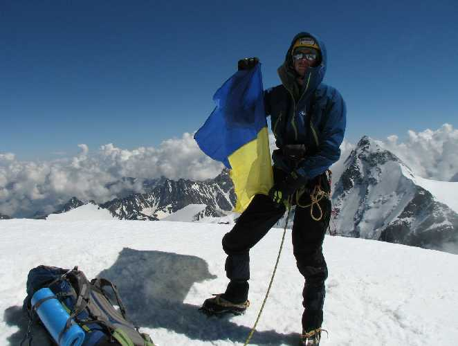 Михаил Поддубнов на вершине нового маршрута по Северной стене Тетнульда (4853м). Фото Михаил Поддубнов