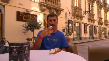 Кофе и канноли! Только в Сицилии. Фото Владимир Каширин