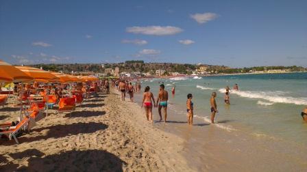 Пляж и вид на скальный массив. Фото Владимир Каширин