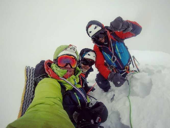 Пьеррик Файн (Pierrick Fine),  Этьен Журне (Étienne Journet) и Жорди Ножур (Jordi Noguere) на вершине  китайской горы Гросвенор (Grosvenor, 6376 м)