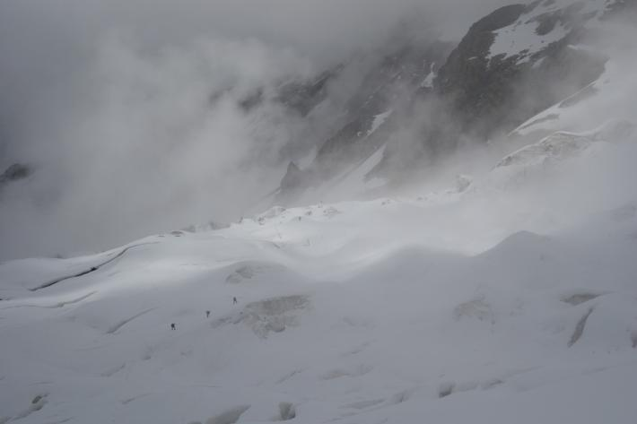 На леднике Халде в тумане.  Фото Дидора Сергей