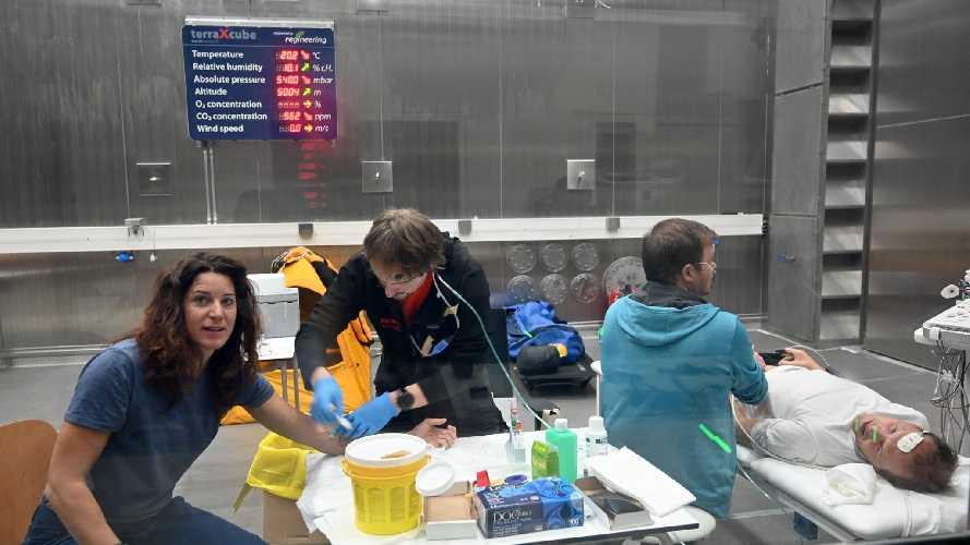 Тамара Лунгер и Симоне Моро в гипобарической камере в исследовательском центре в Больцано