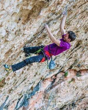 Стефано Гизольфи проходит свой шестой маршрут категории 9b: