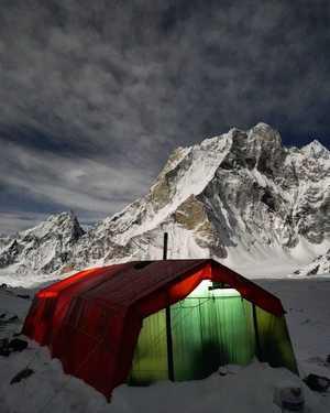 Зимняя экспедиция Дениса Урубко на Броуд-Пик: шторм в базовом лагере
