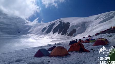 Вид из Лагеря 2 на гребень к вершине Раздельная (6148 м)
