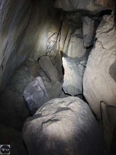 Велика зала і там далі серед каміння є продовження печери