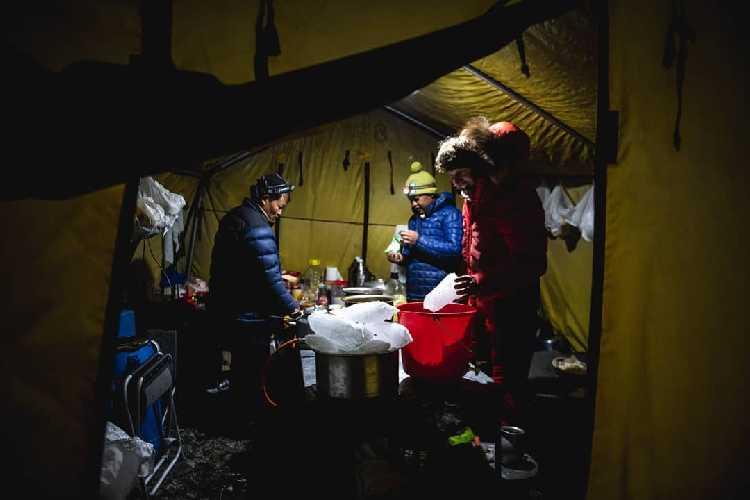 В нашем одиноком базовом лагере работают два повара, Йошт и я. Фото Daniel Hug