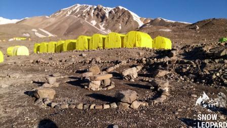 Вид из Лагеря 1 на пих Юхина (5130 м)