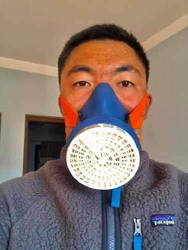 Мингма Галйе Шерпа (Mingma Gyalje Sherpa)  в маске для высотных восхождений. Это не кислородная маска. Она будет использоваться командой для того чтобы предотвратить переохлаждения организма от дыхания холодным воздухом
