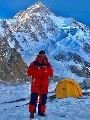 Мингма Галйе Шерпа (Mingma Gyalje Sherpa) у подножия К2 в 2017 году