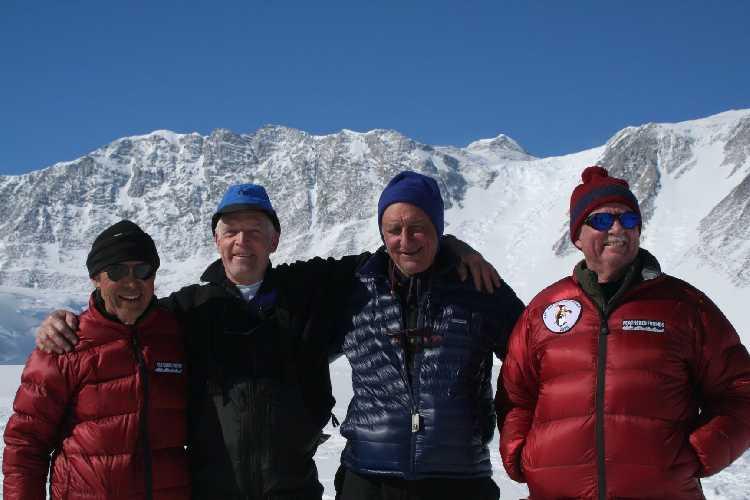 Эйчи Фукушима (Eiichi Fukushima), Джон Эванс (John Evans), Сэм Сильверштейн (Sam Silverstein) и  Брайан Мартс (Brian Marts) в базовом лагере массива Винсон,  декабрь 2006 года. Спустя 40 лет после того, как они совершили первовосхождение на вершину
