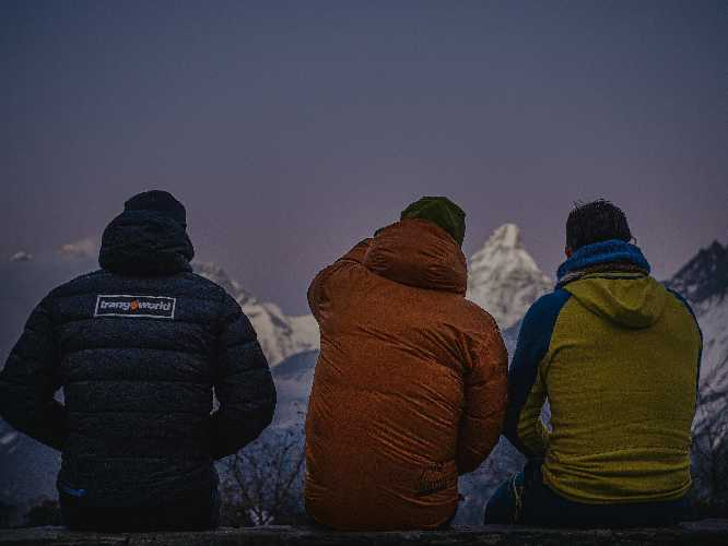 Алекс Тикон (Alex Txikon) (в центре на фото) с участниками экспедиции на фоне вершин долины Кхумбу. На заднем плане - вершина Ама-Даблам