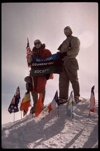 Джон Эванс (John Evans) и Пит Шонинг (Pete Schoening) в первом восхождении на вершину массива Винсон, 8 декабря 1966. года. Они разместили 12 флагов стран-членов Договора об Антарктике