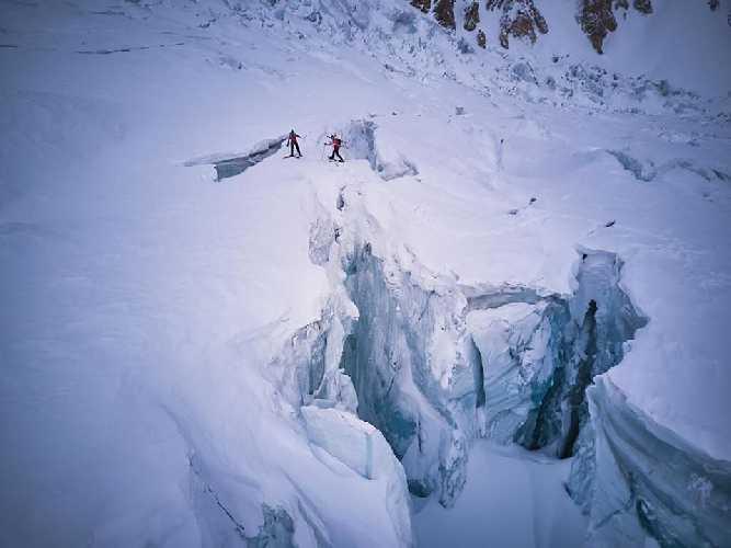 Симоне Моро (Simone Moro) и Тамара Лунгер (Tamara Lunger)  при переходе через трещину на леднике Гашербрум