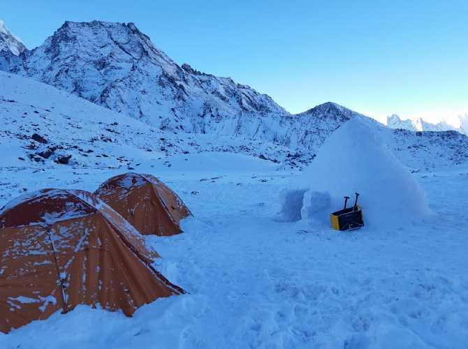 иглу в базовом лагере Ама-Даблам. Фото Alex Txikon