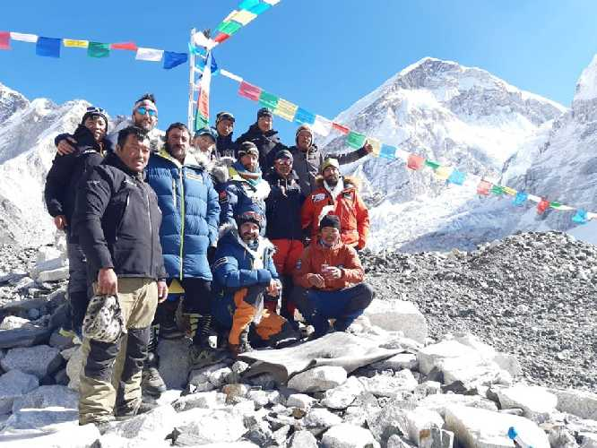 Команда в базовом лагере Эвереста. Фото Alex Txikon