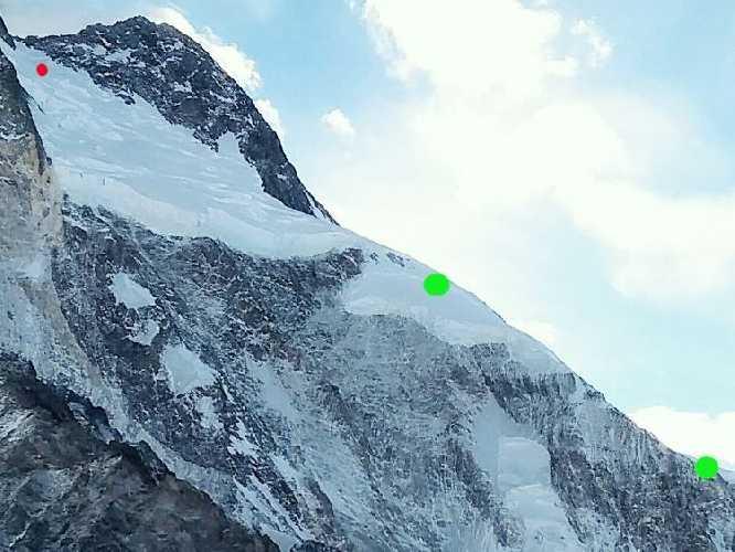 Красная точка - максимальная отметка на которую поднялся Денис Урубко на Броуд-Пик (7650 метров). Зеленые отметки - места установки высотных лагерей