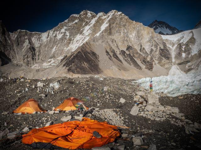 Разрушенные ветром палатки базового лагеря Эвереста. Фото Alex Txikon