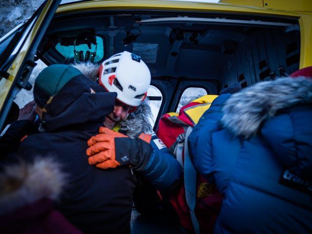 Эвакуация Оскара Кардо (Oscar Cardo) из второго высотного лагеря на Эвересте. Фото  Alex Txikon