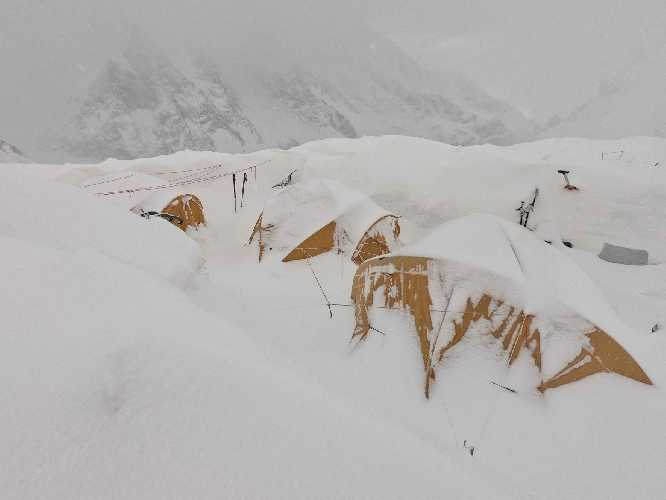 Базовый лагерь Батура Сар под снегом. Фото Piotr Tomala
