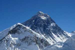 Страх коронавируса сковывает начало сезона восхождения на Эверест