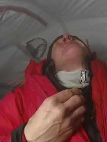 В палатке на 7000 метрах, после падения. Фото Денис Урубко