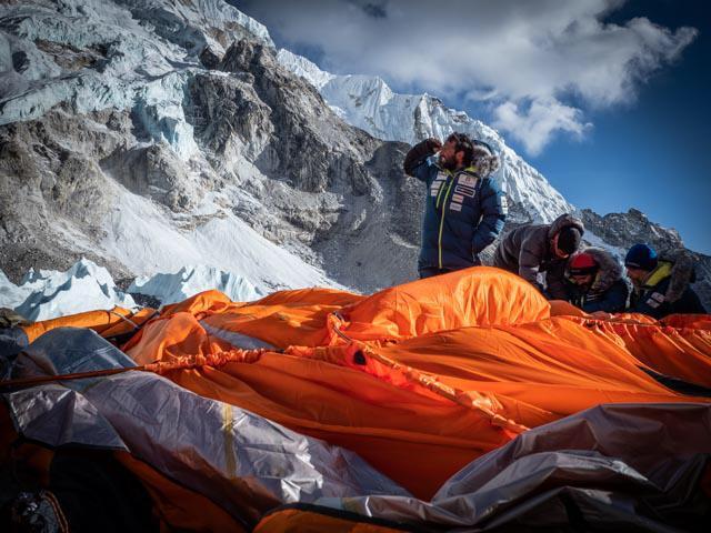 Команда Алекса Тикона (Alex Txikon) в базовом лагере на Эвересте. Фото Alex Txikon