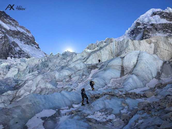 Команда Алекса Тикона (Alex Txikon) на ледопаде Кхумбу