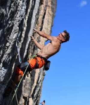Как пройти скалолазный маршрут 8b+ в возрасте 52 лет. Пример Криса Фрика