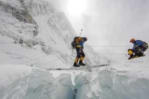 Непальские шерпы начинают прокладывать маршрут к вершине Эвереста