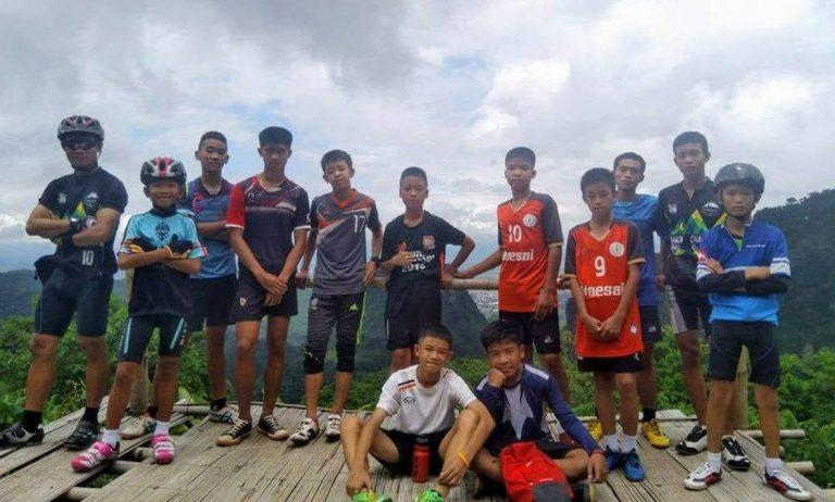 12 детей - юношеская футбольная команда, попавшая в ловушку в пещере Тхам Луанг нанг Нон (Tham Luang Nang Non cave) в 2018 году