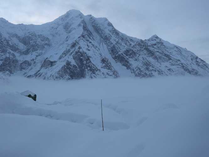 Туманное утро в базовом лагере Батура Сар. Фото Piotr Tomala