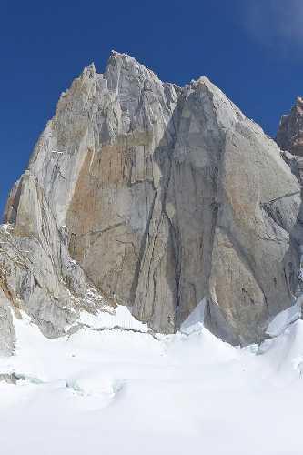 южная стена Сент Экзюпери (Aguja Saint Exupery), 2558 метров в массиве Фитц Рой в Патагонии. Фото Luka Krajnc