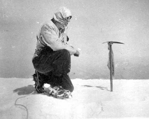 Белый Джек на вершине Монблана. На ледорубе - флаг Украины. 1 сентября 1947 года. Фото 100krokiv . info