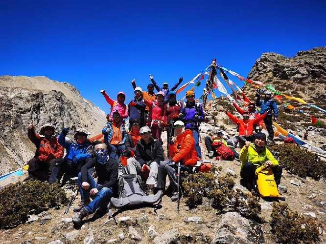Китайские альпинисты начинают работу на Эвересте