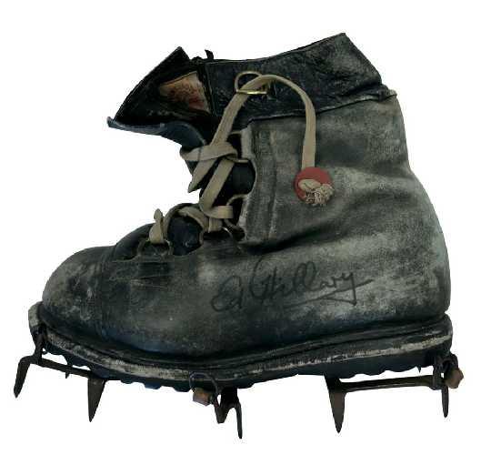 Ботинок, который использовался во время экспедиции на Эверест в 1953 году (с подписью Эдмунда Хиллари), музей альпинизма в магазине Neptune Mountaineering, г. Боулдер, США.