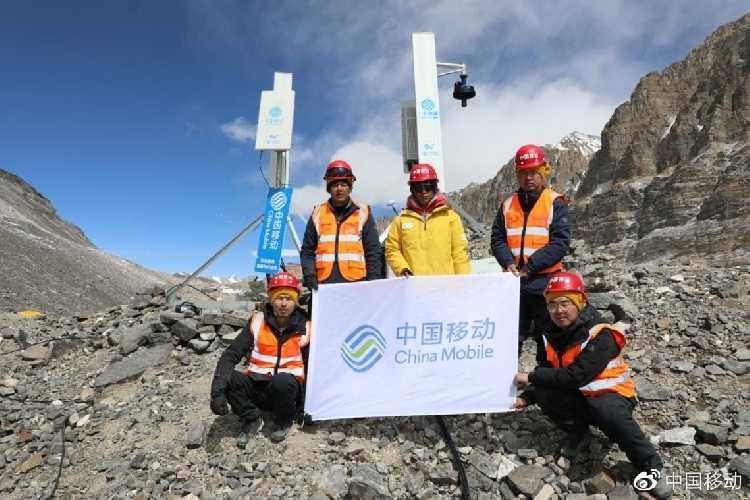 Команда налаживающая сеть 5G на Эвересте