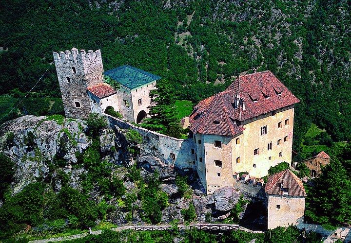 замок Юваль XIII века, так называемый замок Райнхольда Месснера, в котором находится замечательная коллекция восточного искусства и один из музеев гор,  экспозиция которого посвящена  мифам гор. Замок расположен в самой западной части Южного Тироля или автономной провинции Больцано. Фото Messner Mountain Museum