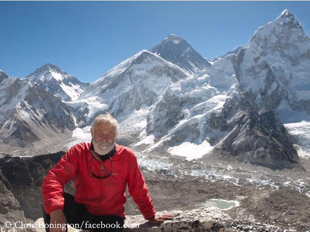 сэр Кристиан Джон Бонингтон (Sir Christian John Storey Bonington) на вершине Кала-Патхар, с видом на Эверест, на который он поднялся в 1985 году